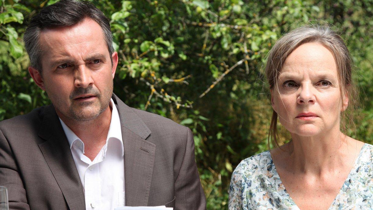 Matti (Harald Schrott, l.) und Amelie (Sissy Höfferer, r.) sind geschockt von der überbrachten Nachricht. Foto: ZDF / Andrea Mayer-Rinner