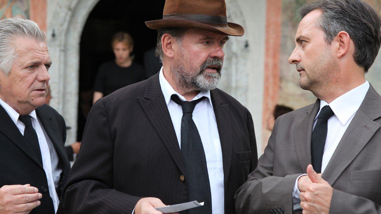 Anton (August Schmölzer, m.) und Matti (Harald Schrott, r.) können sich mit Irenes neuer Dorfpolitik nicht so recht anfreunden. Foto: ZDF / Andrea Mayer-Rinner