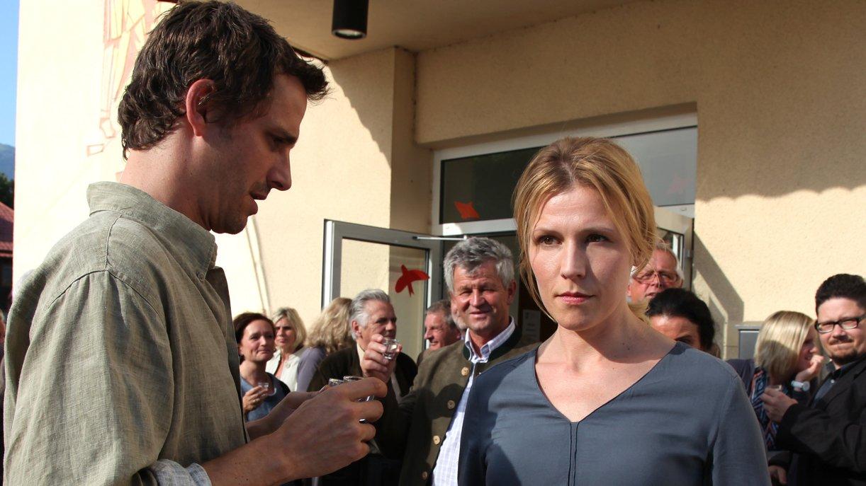 Franz (Max von Thun, l.) erkennt Irenes (Franziska Weisz, r.) Verzweiflung und will sie unterstützen.