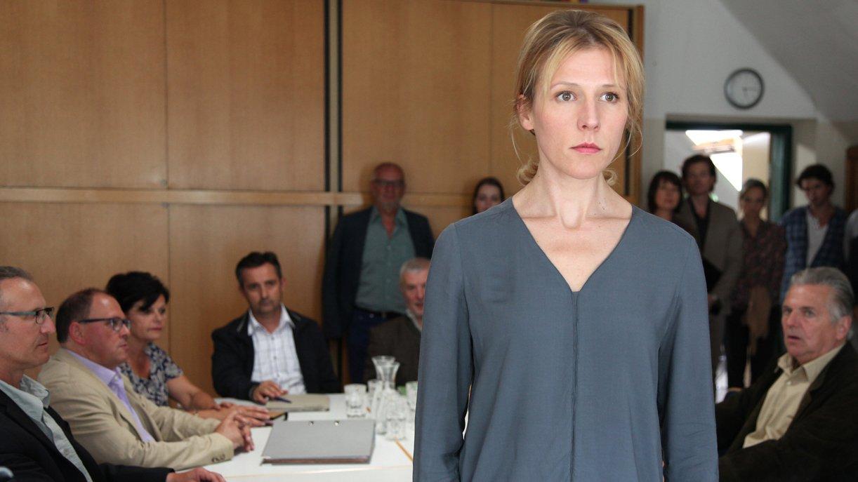 Bürgermeisterin Irene (Franziska Weisz) gerät immer wieder an verärgerte Bürger. Foto: ZDF / Andrea Mayer-Rinner