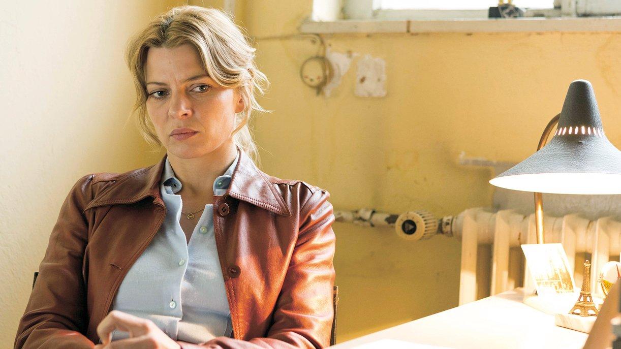Nelly (Jördis Triebel) wartet nervös auf den Beamten bei der Einbürgerung in die BRD.