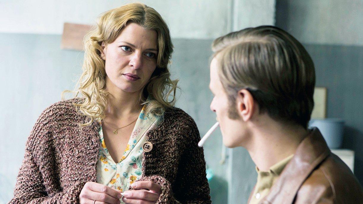 Zu ihrem Bekannten Hans (Alexander Scheer) kann Nelly (Jördis Triebel) kein Vertrauen fassen. Foto: WDR / © Frank Dicks / zero one film
