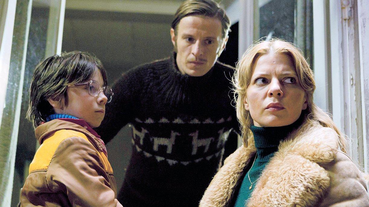 Nelly (Jördis Triebel) holt ihren Sohn Alexej (Tristan Göbel, li.) von Hans (Alexander Scheer) zurück, denn sie kann zu ihm kein Vertrauen fassen.