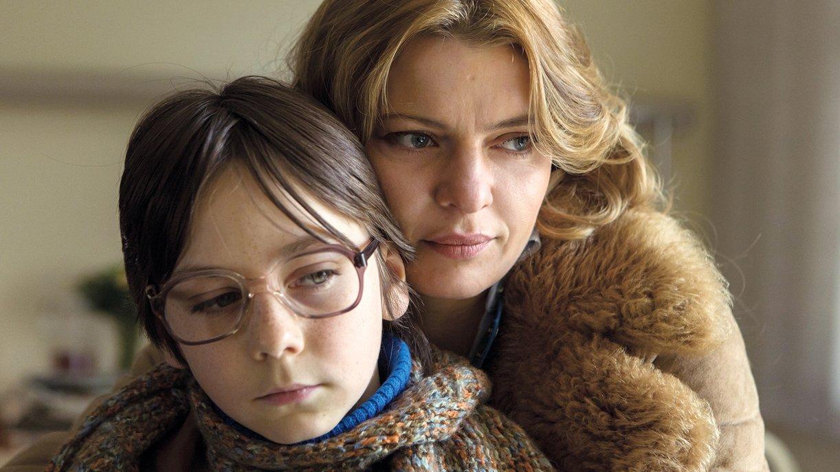 Nelly Senff (Jördis Triebel) will im Westen mit ihrem Sohn Alexej (Tristan Göbel) ein neues Leben beginnen. Foto: WDR / © Frank Dicks / zero one film