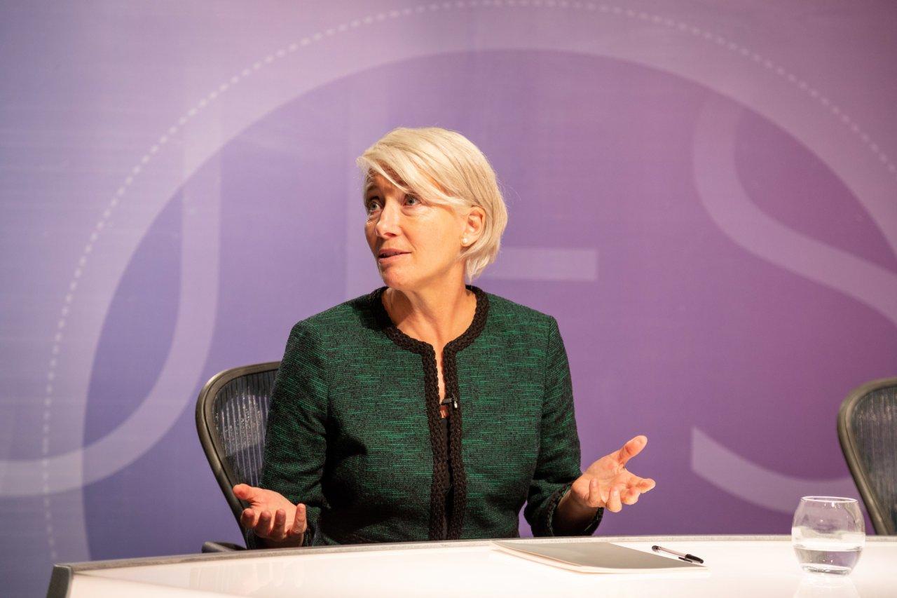 Populistin Vivienne Rook (Emma Thompson) sorgt mit ihren Äußerungen im Live-TV für einen Skandal.