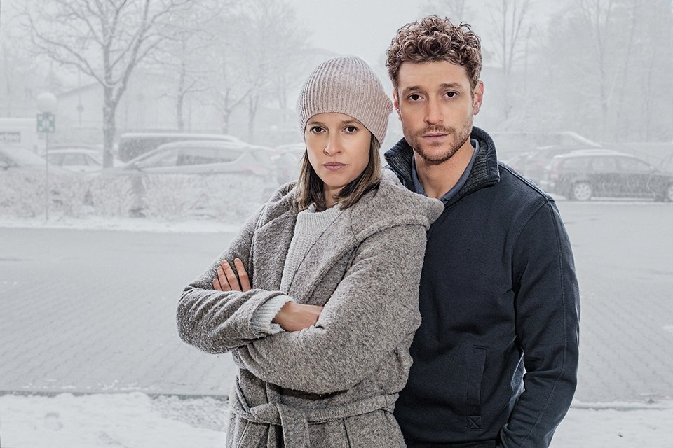 """Für die Serie """"Schlafschafe"""" stehen Lisa Bitter als Melanie und Daniel Donskoy als  Lars vor der Kamera"""