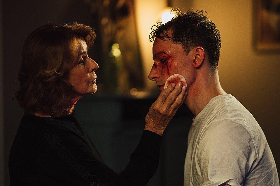 Martha (Senta Berger) verarztet Tommy (Jonathan Berlin), er kümmert sich um ihre seelischen Narben