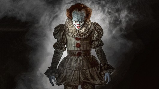 So sieht das Böse aus: Bill Skarsgård als Clown Pennywise. Foto: © 2017 Warner Bros. Entertainment Inc.