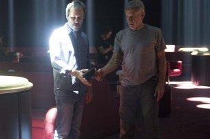 """Am Set von """"Blade Runner 2049"""": Franchise-Rückkehrer Harrison Ford zeigt Regisseur Denis Villeneuve, wie man in der Zukunft mit Waffen hantiert"""