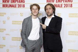 """Nicht nur auf der Berlinale-Präsentation von """"1000 Arten, Regen zu beschreiben"""" zeigt sich Bjarne Mädel von den schauspielerischen Qualitäten seines jungen Co-Stars Louis Hofmann überzeugt."""