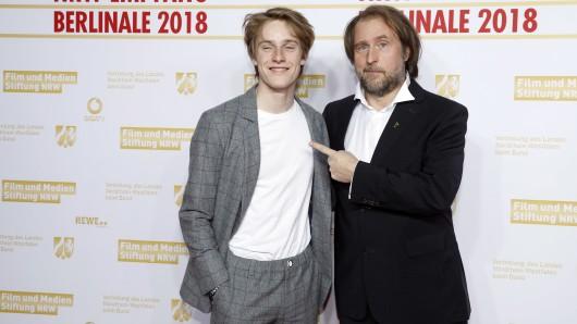 Nicht nur auf der Berlinale-Präsentation von 1000 Arten, Regen zu beschreiben zeigt sich Bjarne Mädel von den schauspielerischen Qualitäten seines jungen Co-Stars Louis Hofmann überzeugt.