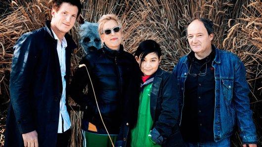 Regisseurin Doris Dörrie am Set von KIRSCHBLÜTEN & DÄMONEN mit ihren Hauptdarstellern Golo Euler (links) und Aya Irizuki (2.v.r.) sowie Kameramann Hanno Lentz.