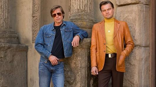 Die Sixties stehen ihnen gut: Brad Pitt (l.) und Leonardo DiCaprio auf dem ersten Bild zu Quentin Tarantinos neuem Film Once Upon a Time in Hollywood