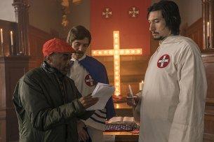 """Black Cinema vs. Rassismus: Regisseur Spike Lee und seine Ku-Klux-Klan-Darsteller Topher Grace und Adam Driver (r.) am Set von """"BlacKkKlansman""""."""