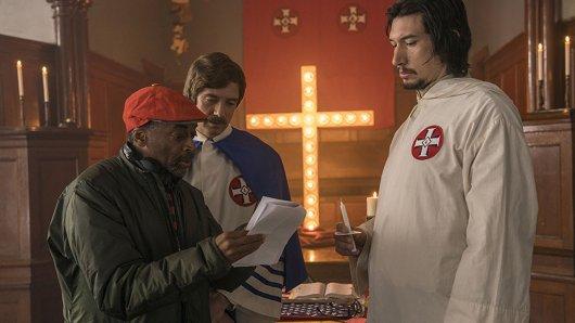 Black Cinema vs. Rassismus: Regisseur Spike Lee und seine Ku-Klux-Klan-Darsteller Topher Grace und Adam Driver (r.) am Set von BlacKkKlansman.