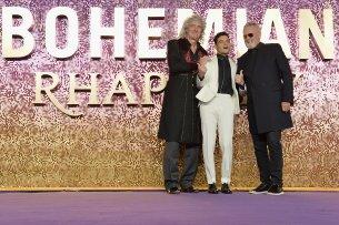 """Queen-Gitarrist Brian May (l.) und Queen-Drummer Roger Taylor (r.) feiern mit Freddie-Mercury-Darsteller Rami Malek in London die Weltpremiere von """"Bohemian Rhapsody"""""""