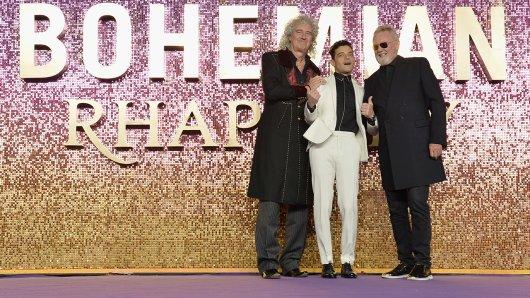 Queen-Gitarrist Brian May (l.) und Queen-Drummer Roger Taylor (r.) feiern mit Freddie-Mercury-Darsteller Rami Malek in London die Weltpremiere von Bohemian Rhapsody