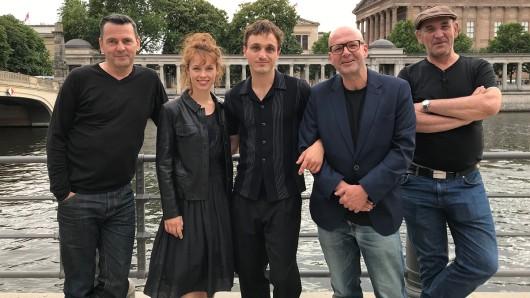 Bis Mitte August 2019 laufen in Berlin die Dreharbeiten für die ZDF-Kinoproduktion Undine. Mit dabei sind (v.l.n.r.) Regisseur Christian Petzold, Paula Beer, Franz Rogowski, Produzent Florian Koerner von Gustorf und Kameramann Hans Fromm.