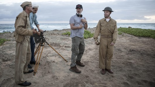Regisseur Roland Emmerich mit Statisten am Set seines Weltkriegsfilms Midway - Für die Freiheit