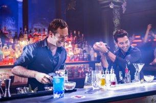 Milo und Renzo hinter der Bar.