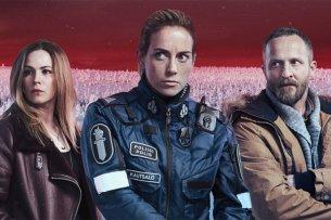 Die Polizistin Nina (Iina Kuustonen, M.) will ihre infizierte Schwester (l.) retten, Virologe Lorenz (Maximilian Brückner) soll die Seuche stoppen.