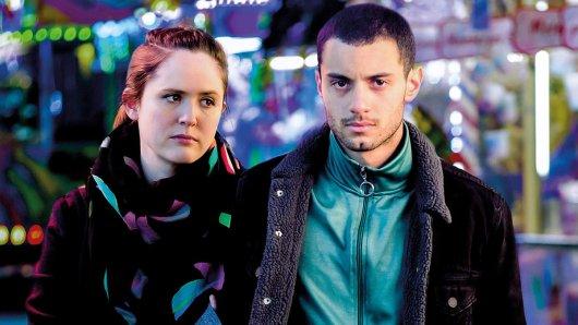Karim (Mehdi Meskar) und seine Freundin Lilly (Emily Cox) erwarten ein Baby.