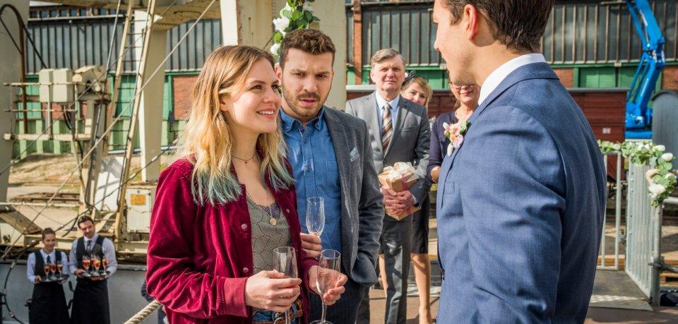 Philipp (Tim Oliver Schultz, re.) begrüßt Zazie (Alicia von Rittberg) und  Anton (Edin Hasanovic) auf dem Hochzeitsschiff.