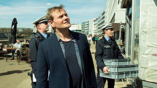 Hauptkommissar Jens Stellbrink trifft am Tatort ein und macht sich ein erstes Bild vom möglichen Tathergang.