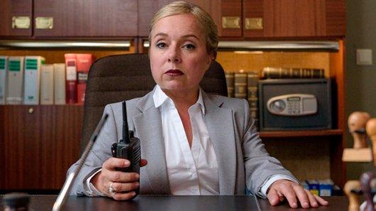Frau Fuchs (ChrisTine Urspruch) führt ein überaus strenges Regiment in der JVA.