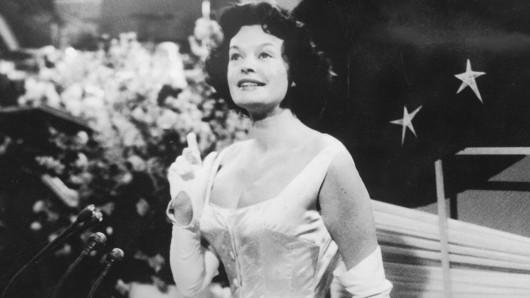 Margot Hielscher beim Grand Prix d'Eurovision de la Chanson 1958. Mit ihrem Song Für zwei Groschen Musik belegt sie den siebten Platz.