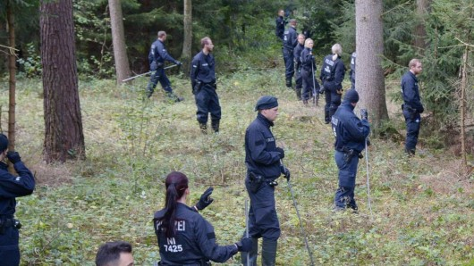 Bereitschaftspolizei durchkämmt 2016 ein Waldgebiet am Rand von Lüneburg. Ein Jahr später entdeckt Wolfgang Sielaff, ehemaliger Polizist und Bruder der Ermordeten, die Knochen seiner Schwester.