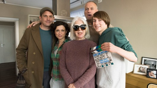 Sebastian Bezzel (Rolle Ruben), Julia Brendler (Rolle Jutta), Christiane Hörbiger (Rolle Lilo), Thomas Jauch (Regie) und Michelangelo Fortuzzi (Rolle Finn) (v.l.) drehen zur Zeit Einmal Sohn, immer Sohn.