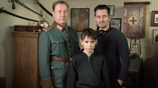Ulrich Noethen (l.) als Jens Ole Jepsen und Levi Eisenblätter (M.) als Siggi Jepsen mit Regisseur Christian Schwochow bei den Dreharbeiten zu Deutschstunde