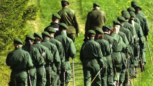 Polizei-Hundertschaften durchkämmten im Mai und Juni 2001 die Umgebung von Lichtenberg, ohne einen Hinweis auf Peggy zu finden.