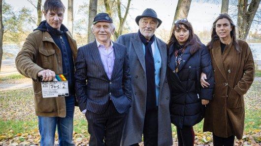 Drehstart für die WDR-Gaunerkomödie Alte Bande mit (v.l.n.r.) Regisseur Dirk Kummer, Tilo Prückner, Mario Adorf, Produzentin Anita Elsani und WDR-Redakteurin Lucia Keuter