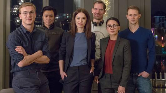 Der Dreh der 2. Staffel Bad Banks beginnt! Albrecht Schuch, Ngo The Chau (Kameramann), Paula Beer, Christian Zübert ( Regisseur), Mai Duong Kieu, und Oliver Kienle (Drehbuchautor)(v.l.).