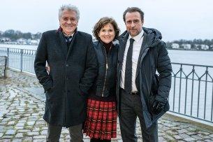 """Stehen noch bis zum 8. März 2019 für die Krimi-Verfilmung """"Tage des letzten Schnees"""" gemeinsam vor der Kamera: Henry Hübchen (l.), Victoria Trauttmansdorff und Bjarne Mädel"""