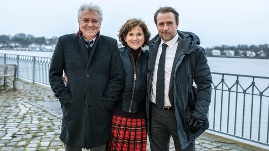 Stehen noch bis zum 8. März 2019 für die Krimi-Verfilmung Tage des letzten Schnees gemeinsam vor der Kamera: Henry Hübchen (l.), Victoria Trauttmansdorff und Bjarne Mädel