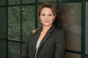 """Maria Simon sorgt seit 2011 als """"Polizeiruf 110""""-Kommissarin Olga Lenski für Recht und Ordnung. 2020 geht sie nach ihrem 17. Fall in TV-Rente."""