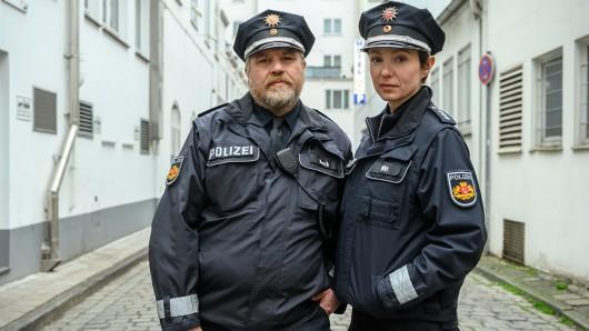 Für die ZDF-Krimikomödie Das Gesetz sind wir stehen die Harter Brocken-Kontrahenten Aljoscha Stadelmann und Julia Koschitz als gewiefte Streifenpolizisten vor der Kamera.