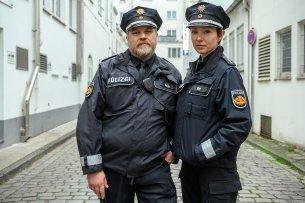 """Für die ZDF-Krimikomödie """"Das Gesetz sind wir"""" stehen die """"Harter Brocken""""-Kontrahenten Aljoscha Stadelmann und Julia Koschitz als gewiefte Streifenpolizisten vor der Kamera."""
