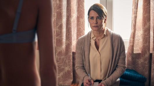 Anja Kling als besorgte Mutter in Aus Haut und Knochen.