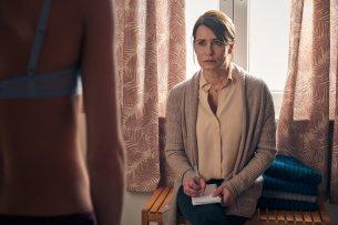 """Anja Kling als besorgte Mutter in """"Aus Haut und Knochen""""."""