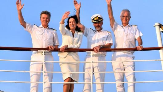 Die Traumschiff-Crew bei der Oster-Ausgabe 2019: Dr. Sander (Nick Wilder), Hanna Liebhold (Barbara Wussow), der Erste Offizier Martin Grimm (Daniel Morgenroth) und Oskar Schifferle (Harald Schmidt).