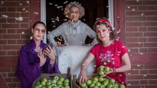 Das Frau Holle-Ensemble in der ZDF-Herzkino-Variante: Cornelia Froboess als Frau Holle mit Lavinia Wilson (l.) und Klara Deutschmann als ungleiche Schwestern Marissa und Mia.