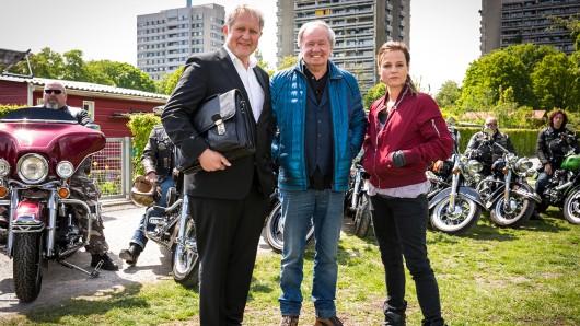 Neuzugang im Über Land-Team: Harald Krassnitzer (l.) übernimmt im Spielfilm-Ableger der ZDF-Miniserie von Franz X. Bogner die Amtsrichter-Rolle neben Chauffeurin Maria Simon.