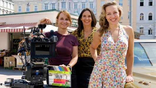 Regisseurin Mirjam Unger mit den Schauspielerinnen Maria Köstlinger und Nina Proll am Set der 5. Vorstadtweiber-Staffel.