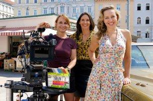 """Regisseurin Mirjam Unger mit den Schauspielerinnen Maria Köstlinger und Nina Proll am Set der 5. """"Vorstadtweiber""""-Staffel."""