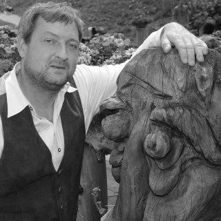 Mit vierwöchiger Verspätung gab seine Familie am 16. Juli bekannt, dass der bayrische Volksschauspieler Maximilian Krückl (Forsthaus Falkenau) an einem Herzinfarkt verstorben ist.