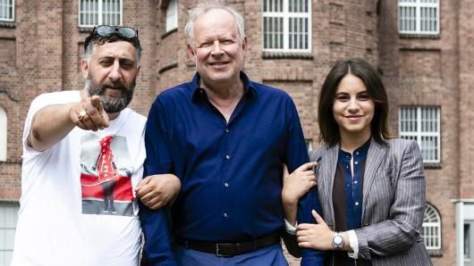 Kida Ramadan, Axel Milberg und Schauspielerin Almila Bagriacik  bei den Dreharbeiten zum neuen NDR-Tatort: Borowski und der Fluch der weißen Möwe.